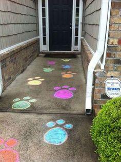 Pas de lapin géant dessinés à la craie de trottoir.  14 Décorations pour le jardin et l'extérieur pour fêter Pâques en toute beauté