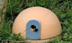 Hummelburg - a safe nesting aid for important pollinator insects - bumblebees are welcome garden visitors. With a Hummelburg, you not only offer the buzzing insects a safe home, but also ensure that t Diy Garden Projects, Diy Garden Decor, Garden Ideas, Outdoor Plants, Outdoor Gardens, Balcony Flowers, Garden Images, Toy Craft, Landscaping Plants
