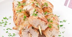 Recette de Brochettes de poulet marinées au curry et lait de coco. Facile et rapide à réaliser, goûteuse et diététique.