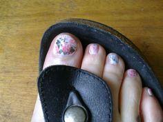 mes pieds, en juillet... images découpées dans un catalogue de graines par correspondance. Transférées sur une base de vernis blanc après un trempage dans l'alcool, séchées, revernies