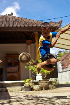 In Bali, Indonesia ❤⚽ The Game of children Kids Soccer, Football Soccer, Kinetic Energy, We Are The World, Fa Cup, Uefa Champions League, Soccer Cleats, Manchester United, Kids Playing