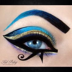 Most women tend to use a touch of mascara and a flash of eyeliner to make our eyes stand out - but one lady takes eye make-up to a whole new level. Make-up artist Tal Peleg has amazed the world (and u. Cleopatra Makeup, Egyptian Makeup, Cleopatra Costume, Egyptian Nails, Egyptian Jewelry, Halloween Eye Makeup, Halloween Eyes, Maquillaje Halloween, Halloween 2016