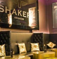 Klub Shakers znajduje się na piętrze jednej z kamienic przy ul. Szewskiej.Wystrój klubu stwarza zarówno komfortowe miejsce do relaksu.