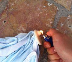 2 - Avec un briquet, chauffez le plastique au niveau de la bosse de l'antivol. 5 à 10 secondes suffisent. Essayez que le vêtement soit le plus loin possible de la flame du briquet.
