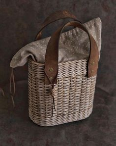 Wicker Purse, Wicker Baskets, Diy Crafts Room Decor, Basket Crafts, Ethnic Bag, Newspaper Basket, Paper Weaving, Unique Bags, Basket Bag