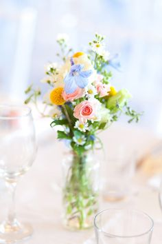 Just pale colours - Bright blooms // photo by Karen Buckle // floral design by Wedding Flowers in Maleny