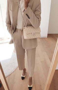 The most fashionable hijab street style looks you can easily copy – Hijab Fashion 2020 Street Hijab Fashion, Work Fashion, Modest Fashion, Fashion Outfits, Hijab Street Styles, Abaya Fashion, Monochrome Fashion, Minimal Fashion, Elegantes Outfit Frau