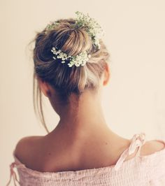 Morning darlings, This morning we're talking super subtle, super delicate and perfectly hippie Flowers in Her Hair. You might want to don this pretty look… Romantic Hairstyles, Bride Hairstyles, Messy Hairstyles, Pretty Hairstyles, Bridesmaid Hairstyles, Simple Bridesmaid Hair, Bridesmaids, Bohemian Bridesmaid, Wedding Hair Accessories