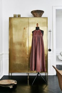 Oh my! this Brass cabinet has us swooning. Stunningly styled with the plum hues of the dress.