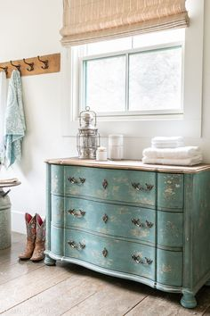 There is always something that seems to be forgotten when packing, so I stock a drawer in the guest bathroom with extra essentials such as toothbrush sets, deodorant, shavers, bar soap, and sunscreen. Individually wrapped loofa sponges are also a great spa-style addition. Rustic Bathroom Decor, Rustic Bathrooms, Bathroom Inspo, Modern Farmhouse Design, Farmhouse Style Decorating, Design Your Own Bathroom, Walmart Home, Bright Decor, Bright Homes