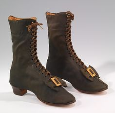 The Metropolitan Museum of Art, boots, has buckles by the toe, lace ties in the front, and slight heel. Victorian Shoes, Victorian Fashion, Vintage Fashion, 1800s Fashion, Victorian Era, Modern Fashion, Fashion Fashion, Vintage Style, Vintage Items
