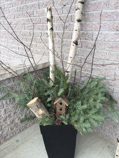 Pourquoi ne pas agrémenter votre perron au fil des saisons ? Cette jardinière avait d'abord été conçue pour Noël. J'ai tout simplement enlevé les branches de gui pour les remplacer par du bouleau, des petites branches et une jolie cabane à oiseau. Chaque fois que j'arrive à la maison, ça me fait sourire. De quoi me faire patienter tout l'hiver en attendant le printemps ! Deco Floral, Christmas Decorations, Wreaths, Bird, Creative, Outdoor Decor, Home Decor, Garden, Christmas Branches