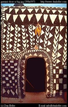 Gunrusi door, Burkina Faso, West Africa // photo by Tiebele Vernacular Architecture, Art And Architecture, Afrique Francophone, African House, Afrique Art, Art Africain, Unique Doors, Tribal Art, Tribal Style
