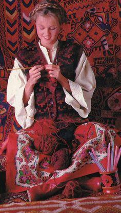 """100 Idées n° 108 - octobre 1982 - article """"Crochetez rapide et beau""""  - photo Jérôme Tisné - ouvrage Mitchiko Hasayaka. Gilet crocheté d'une pièce en jacquard et point de bride en qualité """"sport"""" de Georges Picaud, crochet n°4."""
