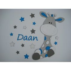 Babykamer ideeen: houten muursticker, girafje met naamletters in grijs met wit en blauw