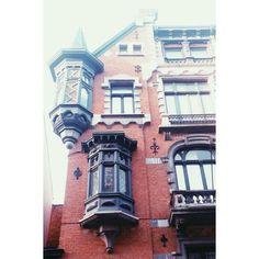 Dutch feel #brussels #bruxelles #ixelles #elsene #belgium #belgique #brusselsarchitecture #maisondemaitre #baywindow #brickhouse (at Rue Faider)