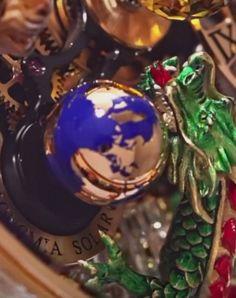 Reloj astronómico y astronómicamente enjoyado. También muy pero muy dragoneado que me ha enviado Javier López Píriz. Alucinante!. Lo ha diseñado una boutique de alta joyería de Nueva York llamada Jacob & Co...y no es la única monada...del tipo.