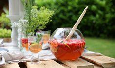 pinque-nique - Profiter de l'été: un pique-nique 5 étoiles dans le jardin - Outdoor - Inspiration C'est Bon, Food Inspiration, Alcoholic Drinks, Wine, Gardens, Eat, Liquor Drinks, Alcoholic Beverages, Alcohol
