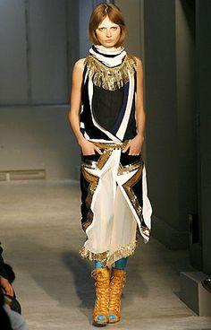 La robe Balenciaga automne-hiver 2007-2008, à la taille descendue, reprend les ornements en passementerie or, chers à Paul Poiret.