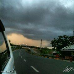 逃げるっ? runaway!! #rainy #dark #cloudy #morning #sky #cloud #independenceday #philippines #フィリピン #独立記念日 #空 #雲 #雨 #c5