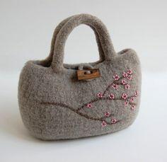 lovely idea for a felt bag Felt Purse, Knitted Bags, Felted Bags, Wet Felting, Felt Crafts, Wool Felt, Bag Accessories, Purses And Bags, Knit Crochet
