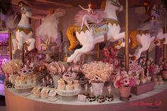 Temas para festa de 1 ano de menina! Aqui tem mais fotos lindas: http://mamaepratica.com.br/2014/11/18/temas-delicados-para-festa-de-1-ano-de-menina/ Foto: Sueli Zischler (festa no tema Carrosel)
