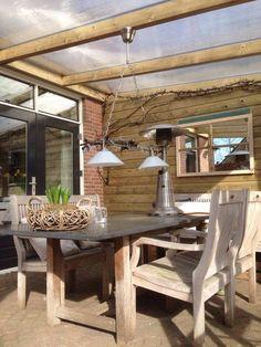 Veranda, overkapping op maat gemaakt van geïmpregneerd hout met een lichtdoorlatend polycarbonaat dak! Zo blijft het daglicht gewoon binnen komen.