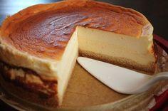 Das Rezept von dem ''Topfenkuchen trifft Eierscheck'' ist sehr cremig und luftig in seiner Konsistenz. Ein Kuchen für viele Gelegenheiten.