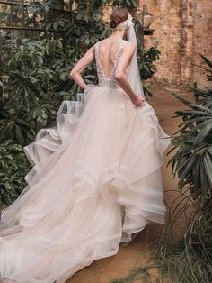 Traumhaftes Brautkleid mit Spitzenapplikationen auf dem Oberteil. Formal Dresses, Wedding Dresses, Ball Gowns, Fashion, Pictures, Shell Tops, Appliques, Ball Gown, Gown Wedding
