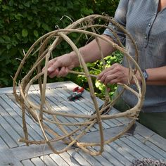 Weave decorative balls from clematis tendrils yourself - Modern Garden Forum, How To Start Yoga, Clematis, Shade Garden, Daffodils, Basket Weaving, Spring Flowers, Handmade Crafts, Plant Hanger