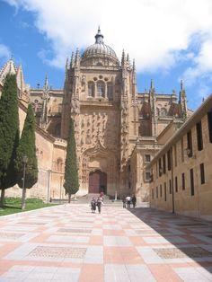 SPAIN / Architecture and monuments / Cathedrals, Churches... Catedral de Santa María, conocida como Catedral Vieja, es una de las dos catedrales que hay en Salamanca. Dedicada a Santa María de la Sede, se comenzó a construir a poco de restaurarse la diócesis de Salamanca, tras la reconquista, por iniciativa de su primer obispo, Jerónimo de Perigord (m. en 1120), en el momento en que el románico estaba dejando paso al gótico. Se terminó en 1236.