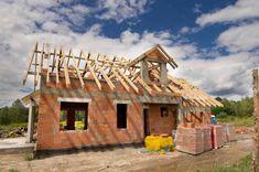 Koszt budowy domu pod klucz wynosi około 415 000 zł dla 150 m2 pow. użytkowej Construction, Home Fashion, Cabin, House Styles, Home Decor, Build Your House, Building, Decoration Home, Cabins