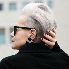 An interview with Lyn Slater, the Accidental Icon - influencer extraordinaire Undercut Hairstyles, Pixie Hairstyles, Cool Hairstyles, Short Grey Hair, Short Hair Cuts, Short Hair Styles, Brushing Souple, Accidental Icon, Drop Dead Gorgeous