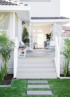 Hamptons Style House Plans Elegant total Transformation Hamptons Style Haven - Home Decor Design Ideas Die Hamptons, Hamptons Style Homes, Hamptons Beach Houses, White Beach Houses, Style At Home, Concrete Stairs, Deck Stairs, Facade House, Interior Exterior