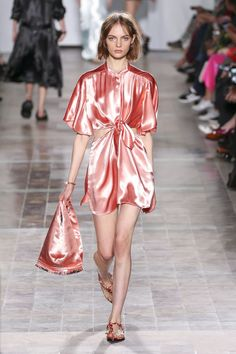 Explore the looks, models, and beauty from the Sonia Rykiel Spring/Summer 2018 Ready-To-Wear show in Paris on 30 September with show report by Claudia Croft Spring Fashion Trends, Fashion 101, Fashion Week, Fashion History, Runway Fashion, High Fashion, Sonia Rykiel, Spring Summer 2018, Spring Summer Fashion
