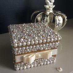Idee reagalo fai da te veloci ed eleganti Vintage Jewelry Crafts, Jewelry Art, Pearl Crafts, Diy And Crafts, Arts And Crafts, Jewellery Boxes, Button Crafts, Craft Gifts, Decoupage