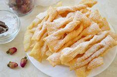 Хрустящее печенье «Хворост» на водке. В миске смешиваем яйца, соль, водку и сметану. Размешиваем, всыпаем муку и замешиваем тесто.