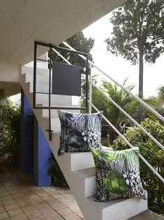 Лестница и декоративные подушки