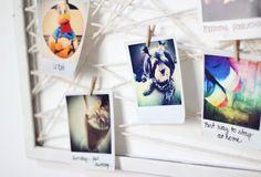 """Quadro de retratos usando uma moldura e barbante no melhor estilo """"cama-de-gato"""". Acho q usar linha de lá ou crochê colorido tb vai ficar bem legal!"""