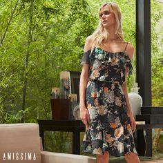 O vestido com fundo marinho traz ainda mais elegância ao modelo de ombros de fora! Invista nessa peça que une o conforto com estilo.   SHOP NOW: http://www.amissima.com.br/