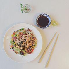 Colour explosion for dinner ☘🌶💛  glassnoodles  salmon mango sojasås glasnudlar Shirataki nudlar Fitnessnoodles varmrökt lax laxsallad sallad asiatisk asiatiskt asiatiskmat lowcal edamame sojabönor lowcarb LCHQ
