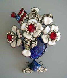 Un bellissimo trionfo di fiori per una spilla americana patriottica