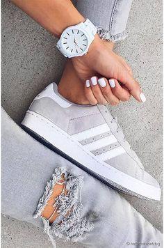 Adidas superstar blanc gris + jean troué gris