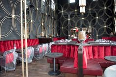 Soeben haben wir unser neuestes Projekt ausgeliefert: Die #Sitzmöbel für ein #Restaurant im Stil der Roaring Twenties. Unser Bankbau konnte hier seine Leistungsfähigkeit unter Beweis stellen, denn die Bankanlagen wurden individuell nach Architekten-Entwurf gefertigt. Die gerundeten Banknischen haben eine aufwändige Polsterung mit Ziernähten und Steppungen. www.schnieder.com
