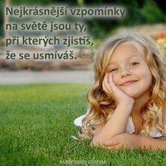 Nejkrásnější vzpomínky na světě jsou ty, při kterých zjistíš, že se usmíváš.