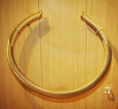 [Les incontournables] Fan de bijoux et d'orfèvrerie : venez contempler ce somptueux torque (et ses homologues) de l'Âge du Bronze ! Pesant presque 800 grammes ce torque présente plusieurs motifs détaillés d'une finesse inouïe d'une grande modernité.  Torque en or découvert à Guînes (Pas-de-Calais) vers 1200-1000 av. J.-C.  MAN  #torque #collier #or #bijou #orfèvrerie #âgedubronze #unjouruneoeuvre #collections #archéologie #archeology #archeoMAN  En savoir plus : http://ift.tt/2D78sdb