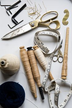 Beautiful composition of craft tools for a meditative flatlay. Fabric Photography, Photography Photos, Costura Vintage, Sewing Art, Sewing Studio, Fashion Studio, Dressmaking, Vintage Sewing, Knitting