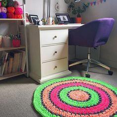 Feliz como una lombriz con cómo quedó finalmente mi alfombra flúor con @maccaroniyarn de @la_nonina_tejedora ⚡️🎉. Me encanta ese POP! de color a mis espacios! ❤️⚡️ Gracias a todos ustedes por opinar, por mandarme sus observaciones y comentarios de este proceso! Les cuento que la alfombra solo tiene 2 puntos básicos: cadenetas y puntos enteros. ¡Nada más! 👌🏻El resto lo hace el colorido ;-) 🌈 ¿Ven que sabiendo poco pueden hacer mucho? 😊🌟 . . . #yarn #tshirtyarn #tarn #trapillo #trapilho…