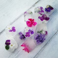 Floral Ice Cubes made with edible flowers from Image magazine. Pink Lemonade Vodka Slush, Pink Sangria, Edible Flowers Uk, Flower Ice Cubes, Flavored Ice Cubes, Ice Cube Trays, Ice Tray, Iced Tea Recipes, Coconut Smoothie