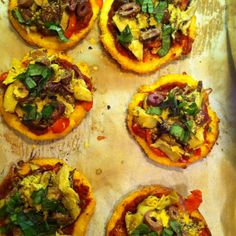 Polenta mini pizzas Mini Pizzas, Polenta, Vegetable Pizza, Vegan, Vegetables, Food, Meal, Essen, Vegetable Recipes